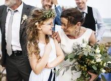 Hogere bruidegom en bruid bij de dag van het strandhuwelijk royalty-vrije stock afbeelding