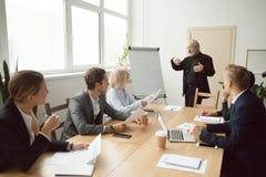 Hogere bus die presentatie geven aan uitvoerend managersteam in B royalty-vrije stock foto