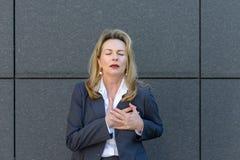 Hogere dame die haar borst in pijn clutching royalty-vrije stock foto