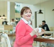 Hogere dame die ontbijt in koffie hebben Royalty-vrije Stock Fotografie