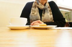 Hogere dame in koffie A Stock Foto's