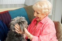 Hogere Dame Loves Her Dog Royalty-vrije Stock Afbeelding