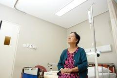 Hogere damepatiënt in het ziekenhuisafdeling Stock Afbeeldingen