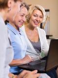 Hogere dames met laptop Royalty-vrije Stock Foto's