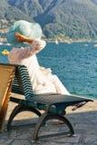 Hogere damezitting op bank in Ascona-toevlucht in Zwitserland Royalty-vrije Stock Fotografie