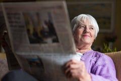 Hogere de ochtendkrant van de vrouwenlezing Royalty-vrije Stock Foto's