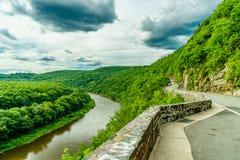 Hogere de rivierkrommingen van Delaware door een groen bos, New York royalty-vrije stock fotografie