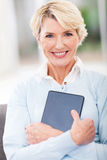 Hogere de tabletcomputer van de vrouwenholding Royalty-vrije Stock Afbeeldingen