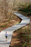 Hogere die Mensenlooppas op Joggingsleep van Houten Decking wordt gemaakt Stock Foto's