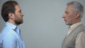 Hogere en op middelbare leeftijd mensen die elkaar, mannelijke gezondheid, heden en toekomst staren stock footage