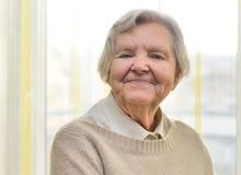 Hogere gelukkige vrouw in haar huis Royalty-vrije Stock Foto's