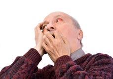 Hogere geschokte mens met geïrriteerd rood bloeddoorlopen oog stock fotografie
