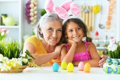 Hogere grootmoeder en kleindochter met paaseieren royalty-vrije stock foto