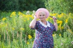 Hogere grootmoeder openlucht Royalty-vrije Stock Fotografie