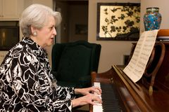 Hogere het Spelen van de Vrouw Piano Stock Foto's