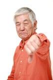 Hogere Japanse mens met duimen onderaan gebaar Royalty-vrije Stock Foto