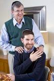 Hogere Joodse mens met het volwassen zoon dragen yarmulkes stock afbeelding