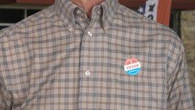Hogere Kaukasische mens in toevallige kleding met Gestemde over sticker stock foto's