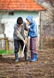 Hogere landbouwer met kleinzoon in de tuin Royalty-vrije Stock Fotografie