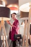 Hogere luim versleten elegante dame die een aankoop van lamp maken royalty-vrije stock foto