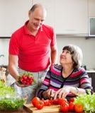 Hogere man en rijpe vrouwen kokende lunch Royalty-vrije Stock Afbeelding