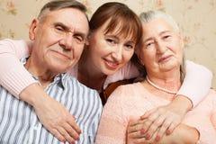 Hogere man, vrouw met hun verzorger thuis royalty-vrije stock afbeelding