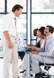 Hogere manager die aan een arbeider in een vraag spreekt cente Stock Foto