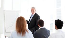 Hogere manager die een presentatie geeft royalty-vrije stock foto's