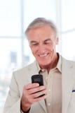Hogere manager die een tekst verzendt royalty-vrije stock fotografie