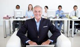 Hogere manager die laptop met behulp van royalty-vrije stock afbeelding