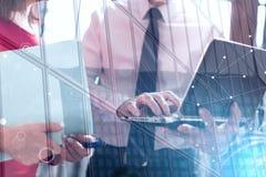 Hogere manager die met uitvoerende hulp, dubbele blootstelling, lichteffect werken Stock Foto