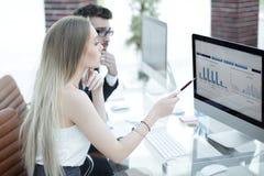 Hogere manager en werknemer die financiële documenten bespreken stock fotografie