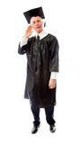 Hogere mannelijke gediplomeerde die met hand aan oor luisteren Stock Foto's