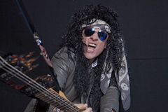 Hogere mannelijke gitarist brekende gitaar over zwarte achtergrond Royalty-vrije Stock Foto