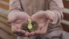 Hogere mannelijke handen die eurocenten, oude dagarmoede, pensioenverzekering, krediet houden stock video