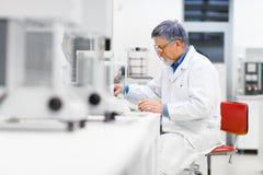 Hogere mannelijke onderzoeker in een laboratorium royalty-vrije stock afbeelding