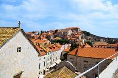 Hogere mening van huizen de oude stad van Dubrovnik, Kroatië Stock Fotografie