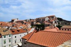 Hogere mening van huizen de oude stad van Dubrovnik, Kroatië Royalty-vrije Stock Foto