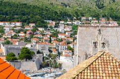 Hogere mening van huizen de oude stad van Dubrovnik, Kroatië Stock Afbeeldingen