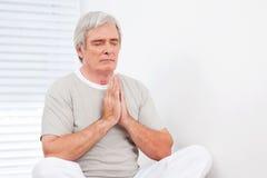 Hogere mens bij het ontspannen van meditatie Stock Fotografie