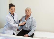 Hogere mens bij het ziekenhuis Stock Foto's