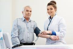 Hogere mens bij het ziekenhuis Royalty-vrije Stock Foto
