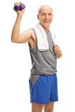 Hogere mens in de domoren van de sportkledingsholding Stock Fotografie