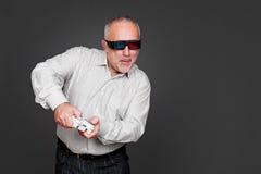 Hogere mens die in 3d glazen in videospelletje spelen Stock Afbeeldingen