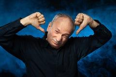 Hogere mens die aan hoofdpijn lijden stock fotografie