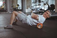 Hogere mens die bij de gymnastiek uitwerken royalty-vrije stock fotografie