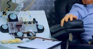 Hogere mens die bloed in bloedbank 4k schenken stock videobeelden