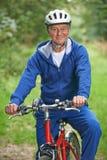 Hogere Mens die Cyclus van Rit in het Platteland genieten royalty-vrije stock fotografie