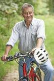 Hogere Mens die Cyclus van Rit in het Platteland genieten stock afbeeldingen