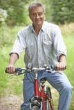 Hogere Mens die Cyclus van Rit in het Platteland genieten stock foto